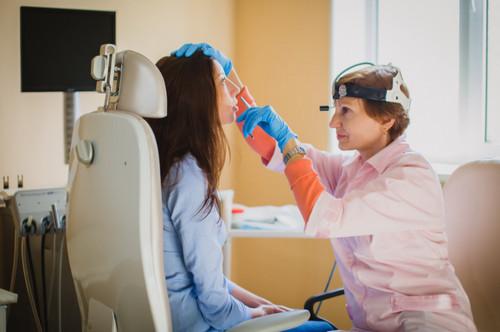 ЛОР врач осматривает полость носа у беременной
