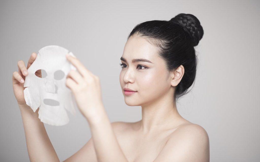 тканевая маска у кореянки