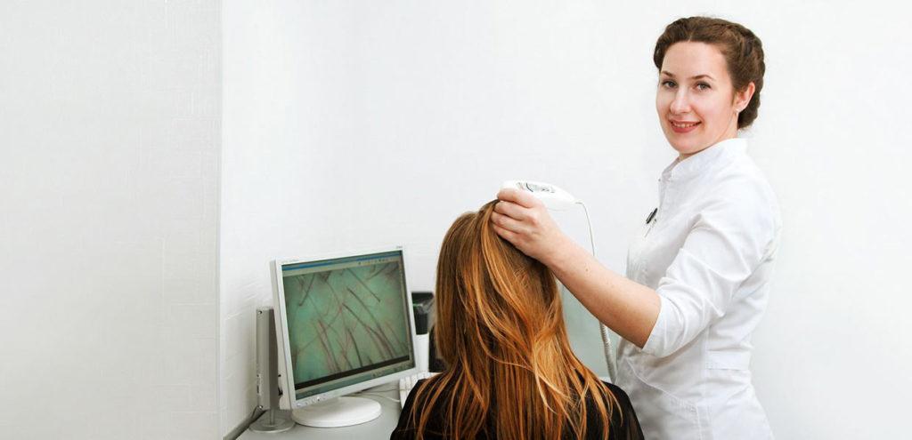 трихолог смотрит волосы
