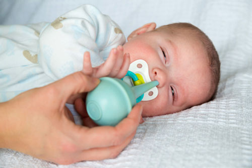 Очищение носа ребенка спринцовкой