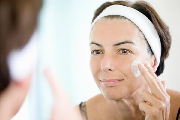 Перечислены самые эффективные кремы для скрытия возраста и возврата упругости кожи лица