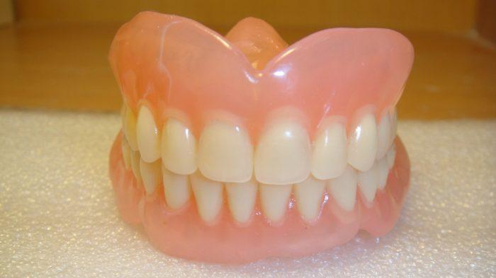 Выбираем оптимальные вставные зубы. Какие будут лучше