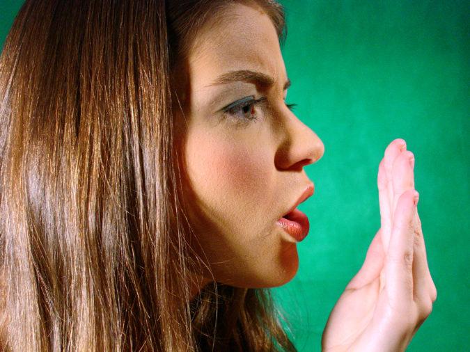 Почему может пахнуть фекалиями изо рта