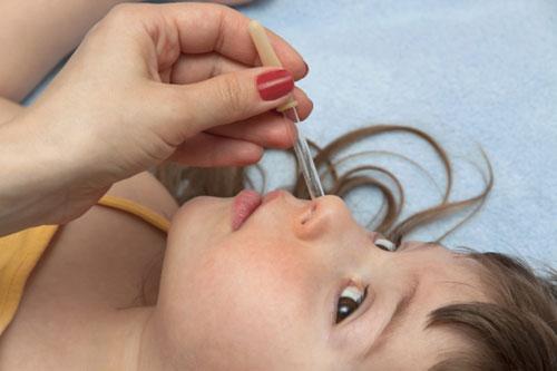 Закапывание капель в нос ребенку