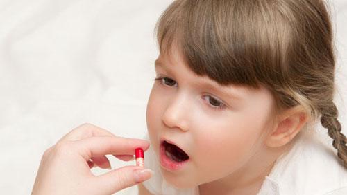 Ребенок принимает антибиотик