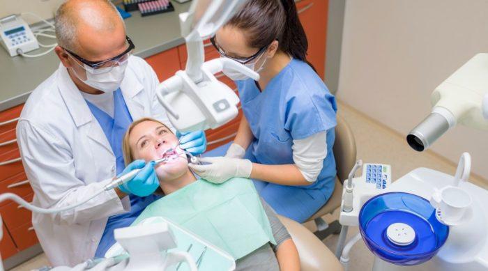 Какой врач вставляет зубы и коронки