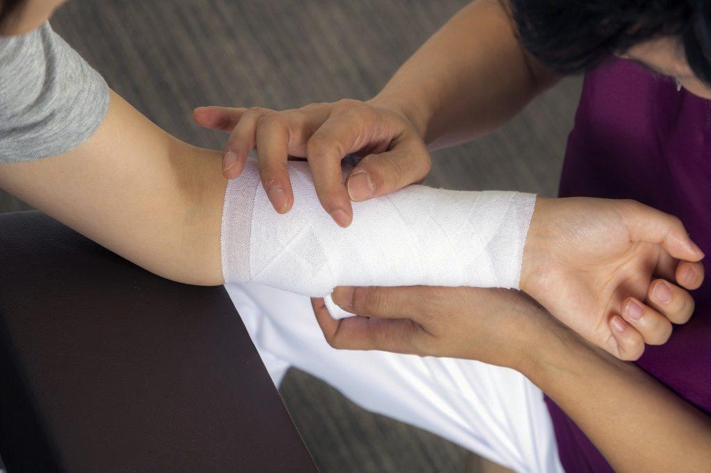 Как обработать порез на коже правильно?