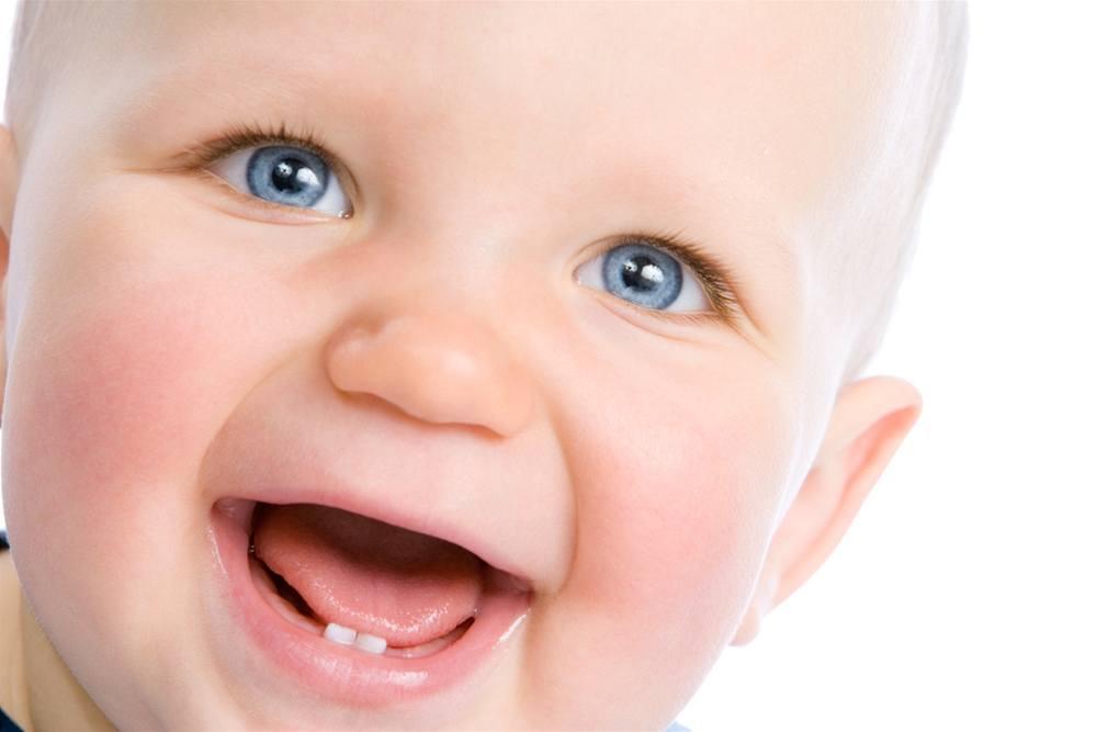 У ребенка в 8 месяцев нет зубов, это нормально?