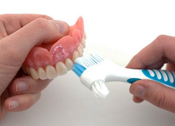 Как ухаживать за зубными протезами из пластмассы на крючках?