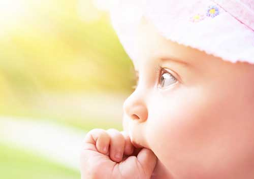 Ребенок-держит-большой-палец-во-рту