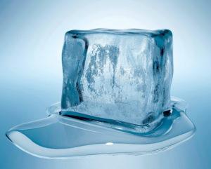 Протирание лица кубиками льда – полезно или вредно?