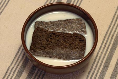 черный хлеб в молоке