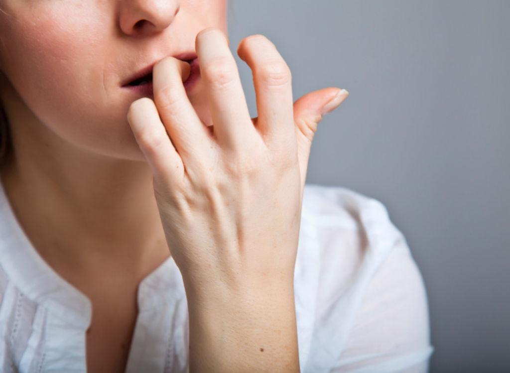 грызть ногти, привычка кусать ногти