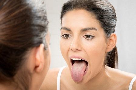 Смотрит горло в зеркало