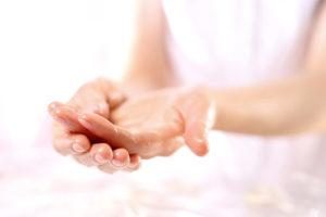 Чем пользоваться, если кожа рук трескается на холоде?
