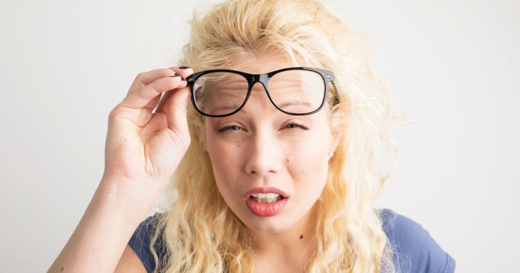 щурится без очков, слепая