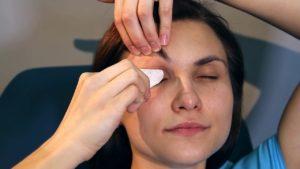Как правильно ухаживать за кожей вокруг глаз?