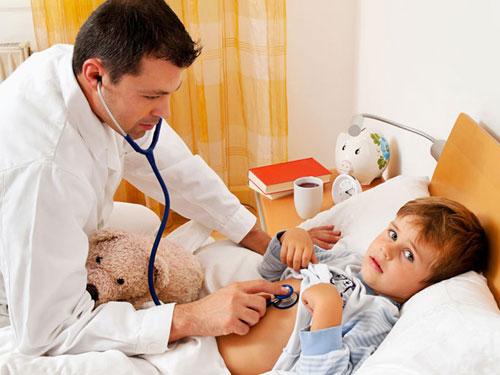 Ребенок под наблюдением врача