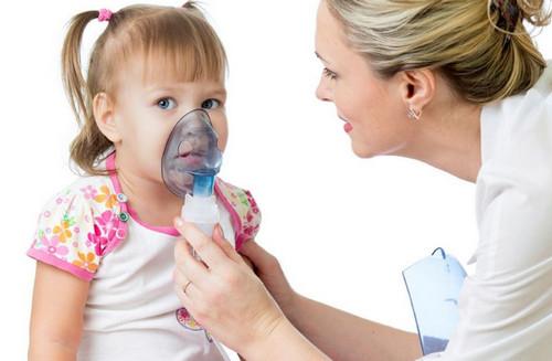 Доктор делает ребенку ингаляцию