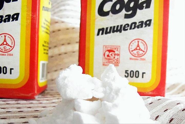 пищевая сода на кончике ножа