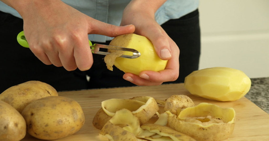 чистит картофель